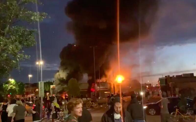 """""""Přestaňte nás zabíjet!"""": Smrt George Floyda spustila protesty v Los Angeles a Memphisu, Minneapolis je v plamenech."""