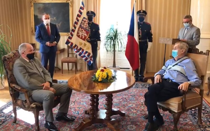 VIDEO: Miloš Zeman jmenoval Romana Prymulu ministrem. Na oficiálním záznamu je ale slyšet jen šum.