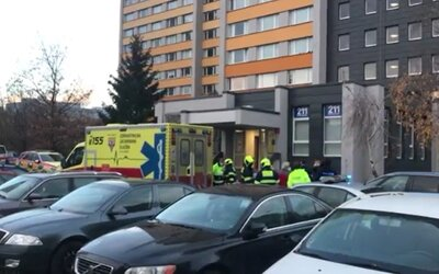 Mladý chlapec v Prahe prežil pád z 19. poschodia. Lekári ho uviedli do umelého spánku.