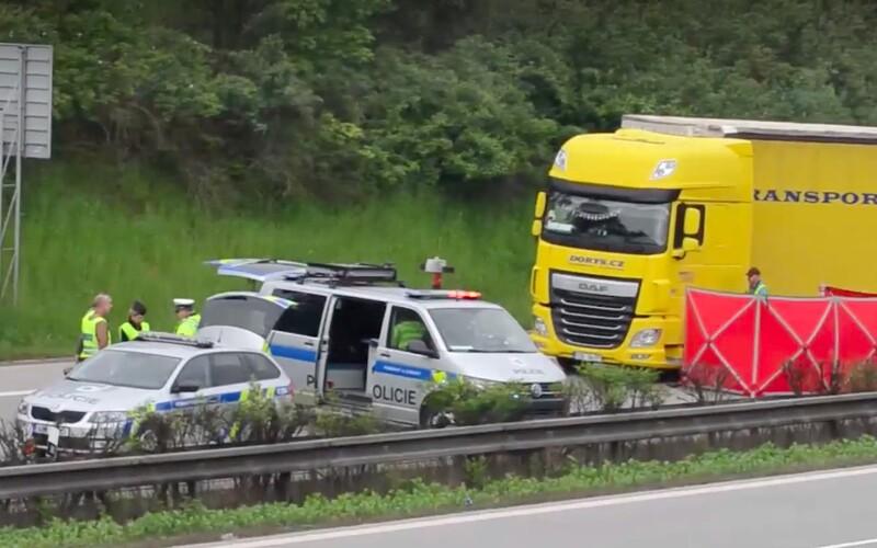 Řidič kamionu zkolaboval na D5 a zemřel. Jeho vůz zablokoval dálnici.