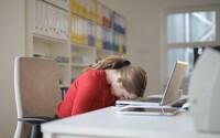 Facebook, káva, povídání s kolegou, výběr dovolené, oběd. 6 rad, jak zlepšit svou koncentraci v práci