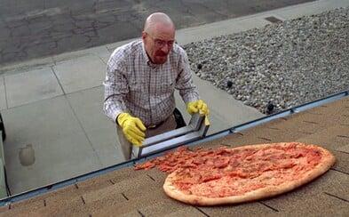 Fanoušci seriálu Breaking Bad ještě stále házejí pizzy na střechu Waltera Whitea
