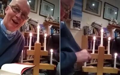 Farár sa počas online kázne nechtiac zapálil