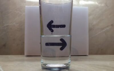 Fascinujúca optická ilúzia s pohárom vody