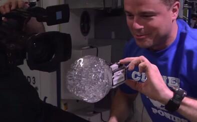 Fascinujúci vesmír! Astronauti vytvorili vznášajúcu vodnú bublinu, do ktorej vložili kameru GoPro