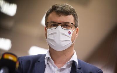 Vicepremiér Štefan Holý ako kriticky dôležitý pendler nechodí do britskej karantény, teraz mal znovu pozitívny test.