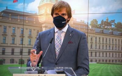 Vojtěch chce zpřísnit opatření: Personál restaurací by měl kontrolovat testy či očkování a v práci bychom měli nosit respirátory.