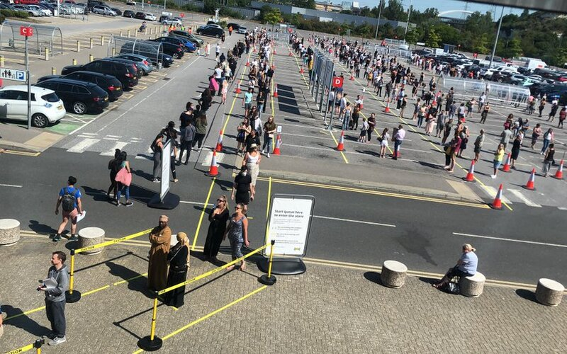 Lidé v Británii čekali před obchodními domy IKEA i několik hodin. Při pohledu na tyto záběry zůstává rozum stát.
