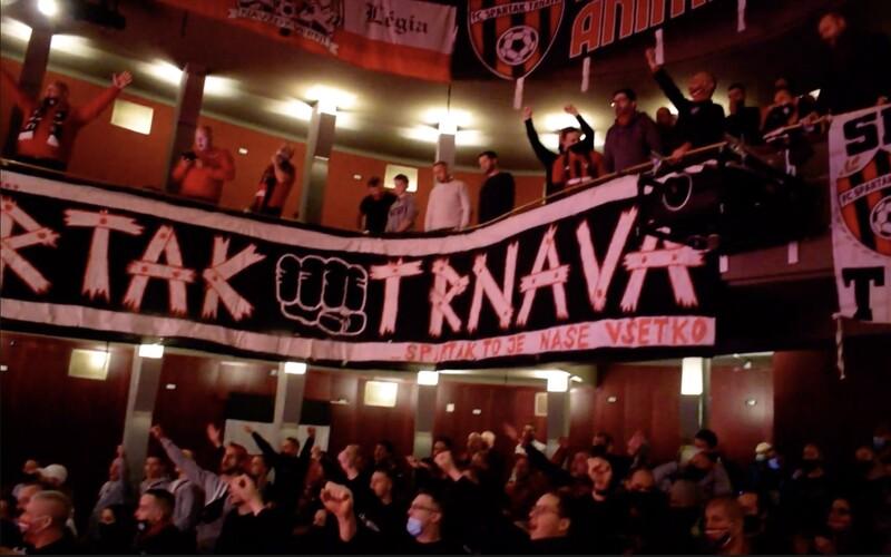 Ultras Spartaka Trnava skandovali v divadle. Na štadión ich nepustia, transparenty rozvešali aspoň v sále.