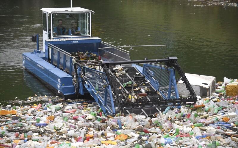 Tony odpadu z hladiny Ružína odstraňuje unikátny stroj s umelou inteligenciou. Drvivú väčšinu tvoria plasty.