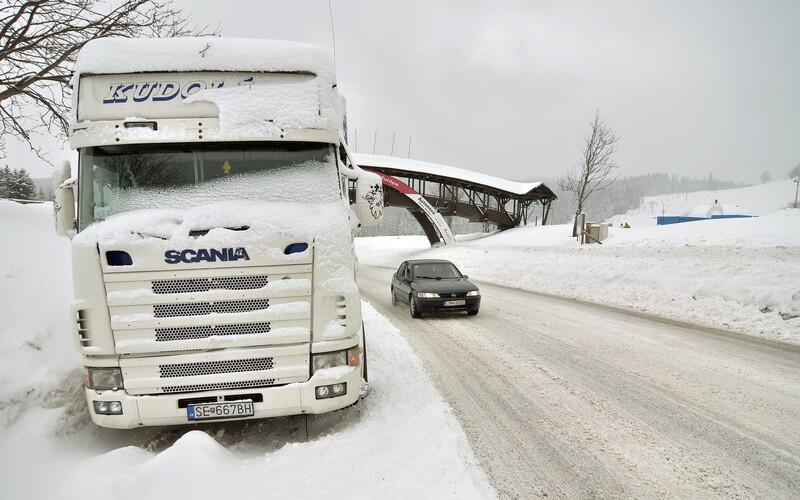 ČHMÚ: V těchto krajích platí výstraha před sněhem, náledím, ale také silným větrem.