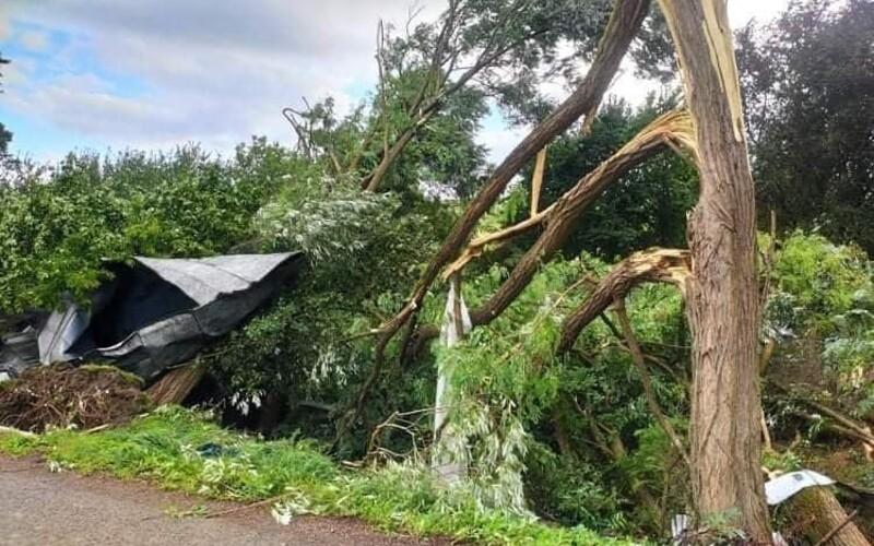 FOTO: Takto tornádo na východe Slovenska spustošilo domy. Zničilo strechy, strhlo elektrické vedenie aj stromy.