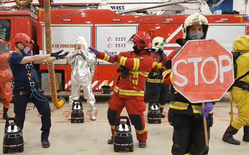 Partia hasičov z Bratislavy ťa vtipným tancom naučí, ako sa správať počas koronavírusu. Umývaj si ruky a udržuj odstup.