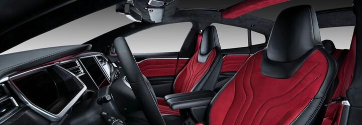 Vyšperkovaná Tesla Model S jako červeno-černá kombinace Alcantary a karbonu