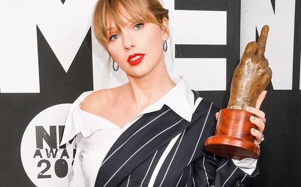 Feministická hymna v podaní Taylor Swift kritizuje diskrimináciu žien. Speváčka si v klipe zahrala vulgárneho muža