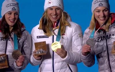 Fenomenální Ester Ledecká si převzala druhou zlatou medaili, cestou na ceremoniál si málem vypíchla oko řasenkou