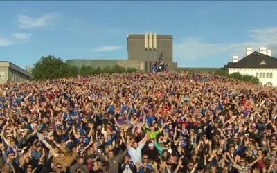 Fenomenální přivítání islandských fotbalistů v Reykjavíku. Vikingské vytleskávání ti nažene husí kůži po celém těle