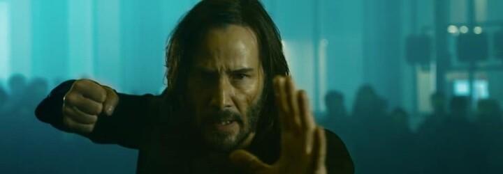 Sleduj prvé fotky z Matrixu 4, na ktorých dlhovlasý Neo dostáva na hubu a ohýba realitu. Trailer už vo štvrtok