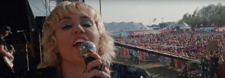 Miley Cyrus zorganizovala veľký koncert pre zaočkovaných zdravotníkov. Novým videoklipom propaguje vakcináciu