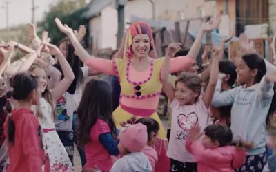 FÍHA tralala s dcérou sa neboja spievať bosé v rómskej osade. Pomáhajú deťom, ktoré sa rodia do generačnej chudoby