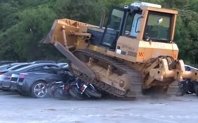 Filipínci buldozerem zničili auta za 115 milionů korun. Bojují proti korupci i drogám