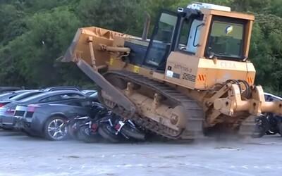 Filipínčania zdemolovali buldozérom autá za 4,5 milióna eur. Bojujú proti korupcii aj drogám