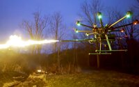 Firma predstavila dron s plameňometom, ktorý zasiahne cieľ do 7,5 metrov. Kúpiť si ho budeš môcť aj ty