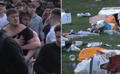 Alkohol, lahve na zemi a davy lidí, kteří se vykašlali na pravidla. Takto to vypadalo v Británii po uvolnění opatření