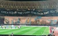 Fotbal vymysleli chudí, ale ukradli ho bohatí. Fanoušci tuniského klubu v zápase proti PSG přišli s trefným choreem