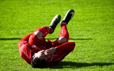 Fotbalista kousl svého oponenta při hádce do penisu, dostal stopku na pět let. Postižený nemůže hrát půl roku