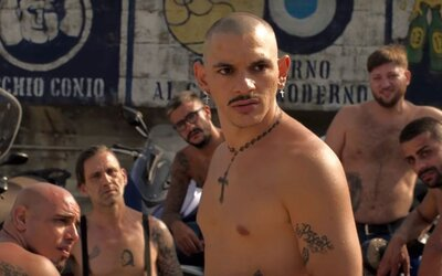 Fotbaloví chuligáni rozpoutají na Netflixu krvavé peklo. Zakrytí v kuklách útočí s tyčemi na své konkurenty