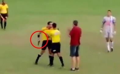 Fotbalový rozhodčí se uprostřed hřiště oháněl pistolí poté, co byl napaden hráči jednoho z týmů