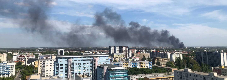 FOTO a VIDEO: V Bratislave vypukol obrovský požiar, v plameňoch je celá budova