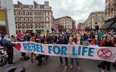 FOTO: Centrum Londýna zablokovali klimatickí aktivisti, chcú vyvolať dva týždne dopravného chaosu
