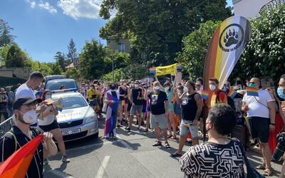 """FOTO: """"Dostávám výhrůžky smrtí, protože jsem gay,"""" říká organizátor LGBT demonstrace v Praze. Maďarský zákon vyvolal vlnu odporu"""