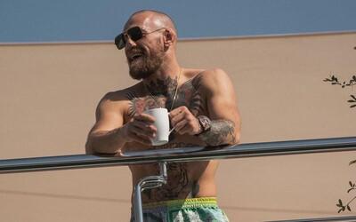 FOTO: McGregor dorazil na UFC na obrovskej jachte, potom prestúpil do Rolls Royce a odviezol sa do karantény