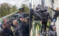 FOTO: Na demonstracích proti slovenskému premiérovi protestující zaútočili na policii. Ta použila vodní dělo