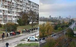 FOTO: Pred odbernými miestami po celom Slovensku vznikajú dlhé rady aj kilometrové kolóny áut. Niekde ani o 8:00 nemali otvorené