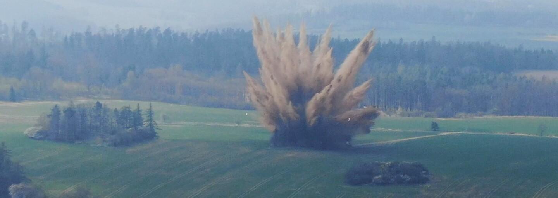 FOTO: Pyrotechnici na Opavsku provedli řízenou likvidaci letecké pumy, kvůli které bylo evakuováno kolem 300 lidí
