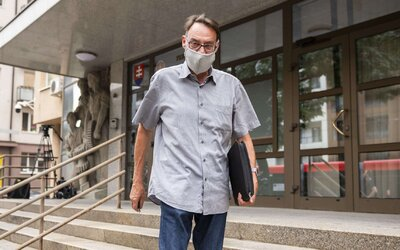 FOTO: Strhaný Dobroslav Trnka vypovedal na NAKA kvôli kauze kupovania poslaneckých hlasov