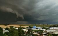 FOTO: Supercelárne búrky už vyčíňajú na Slovensku. Zaútočili na západ aj stred krajiny