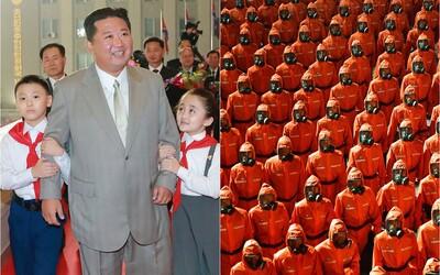 FOTO: Takto oslavuje Kim Čong-un. Pri príležitosti výročia založenia KĽDR zorganizoval vojenskú prehliadku