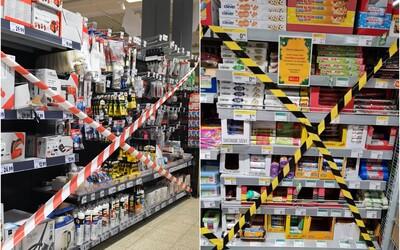 FOTO: V některých velkých řetězcích na Slovensku lidé zboží kromě potravin a drogerie nekoupí, regály jsou zajištěny páskou