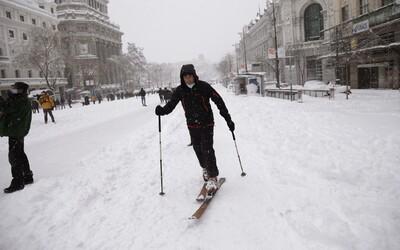 FOTO: Ve Španělsku tolik sněhu nezažili 50 let. V Madridu běžkují v centru města