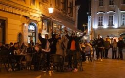 FOTOGALÉRIA: Bratislavčania vo veľkom oslavovali v uliciach. Takto vyzerala prvá noc v baroch po zákaze vychádzania