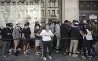 FOTOGALÉRIA: V Británii ovorili po troch mesiacoch kamenné obchody s oblečením. Ľudia sa šli zblázniť