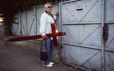 Fotograf s nádychom humoru zachytáva typické momenty v uliciach rumunského mesta