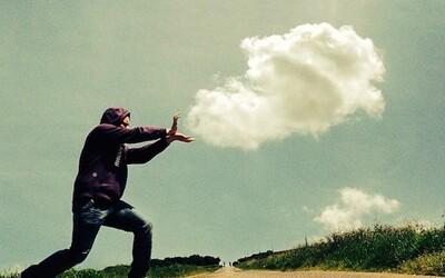 Fotograf z Instagramu zachytáva hravé momenty splynutia oblakov s človekom