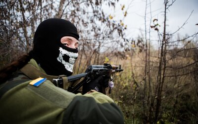 Fotograf z Prahy žil s ukrajinskými vojáky v oblasti, kde mu hrozila smrt. Zachytil ženy v armádě i drsný život východu