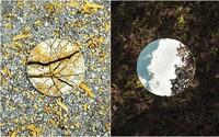 Fotograf zachytáva umenie v prírode pomocou odrazu v zrkadle. Umelecká inštalácia vytvára kontrastný pohľad z inej perspektívy